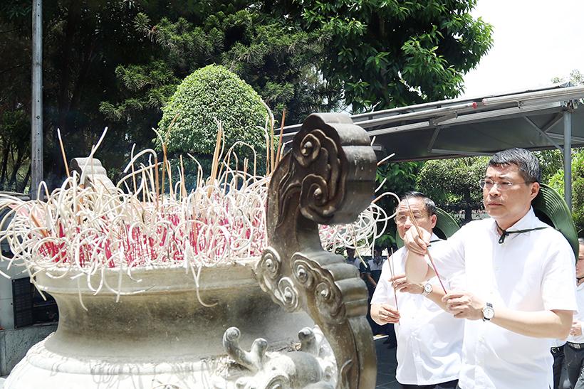 Thống đốc Ngân hàng Nhà nước Việt Nam dâng hương tri ân các anh hùng liệt sỹ tại Ngã ba Đồng Lộc