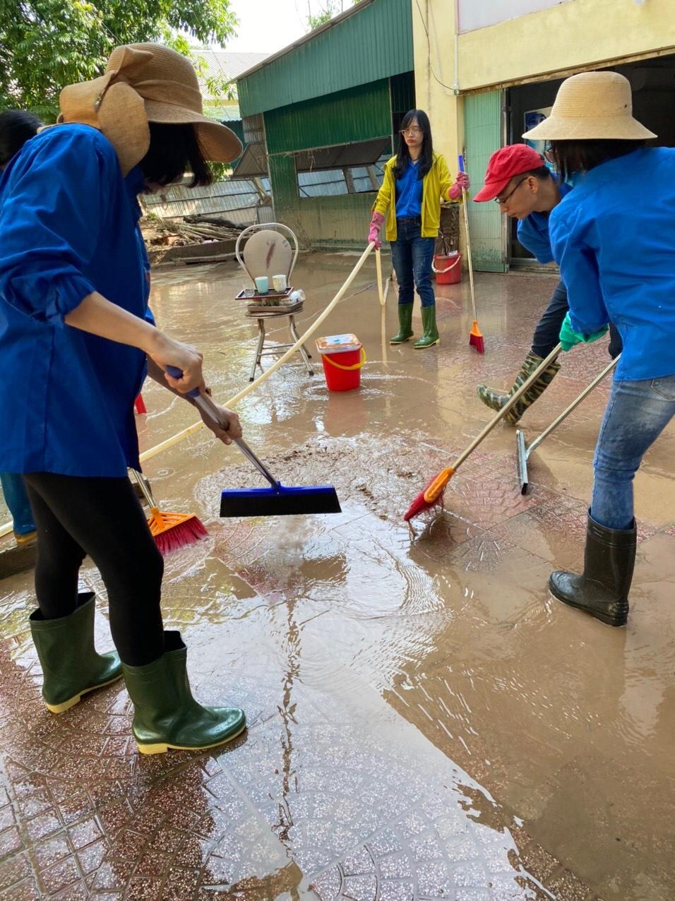Đoàn thanh niên Ngân hàng Nhà nước Chi nhánh tỉnh Hà Tĩnh chung tay phòng, chống, hỗ trợ, khắc phục hậu quả do mưa lũ gây ra