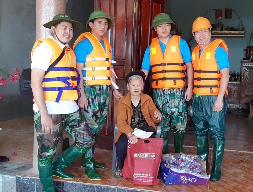 Agribank Hà Tĩnh II và Công ty CP bảo hiểm Ngân hàng nông nghiệp (ABIC) cứu trợ người dân vùng lũ với tổng trị giá 200 triệu đồng.