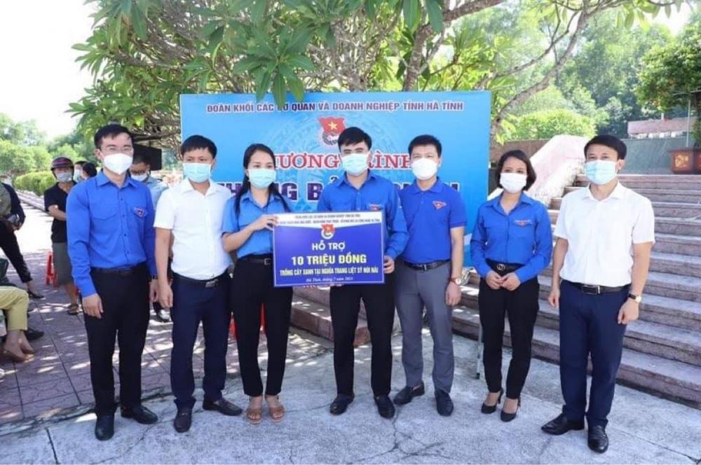Ngân hàng Nhà nước Hà Tĩnh tổ chức nhiều hoạt động ý nghĩa bày tỏ lòng biết ơn sâu sắc tới các anh hùng, liệt sỹ hy sinh vì sự nghiêp bảo vệ tổ quốc