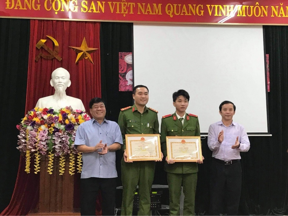 Tặng Giấy khen cho Tiểu đội Cảnh sát bảo vệ mục tiêu NHNN tỉnh - Phòng PK02, Công an tỉnh Hà Tĩnh vì đã có thành tích xuất sắc trong công tác phòng chống dịch Covid - 19, mưa lũ.